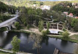 04-Blick_von_Burg_auf_Amphitheater_Loket(Tour1)