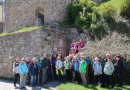 08-Gruppenfoto_an_der_Stadtmauer(Tour2)